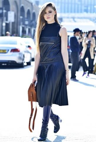 Cómo combinar: bolsa tote de cuero marrón, botas de caña alta de cuero azul marino, pichi de cuero negro, jersey de cuello alto sin mangas negro