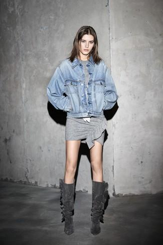 Cómo combinar: botas de caña alta de ante en gris oscuro, vestido ajustado gris, chaqueta vaquera celeste