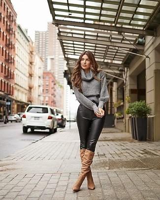 Outfits mujeres: Elige un jersey con cuello vuelto holgado gris y unos pantalones pitillo de cuero negros para una apariencia fácil de vestir para todos los días. Con el calzado, sé más clásico y opta por un par de botas de caña alta de ante marrónes.