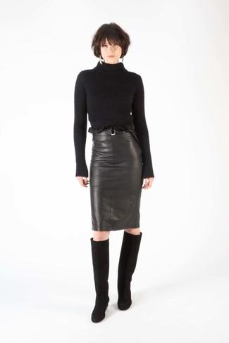 Cómo combinar: botas de caña alta de ante negras, falda lápiz de cuero negra, jersey de cuello alto de lana negro