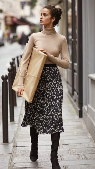 Cómo combinar: botas de caña alta de ante negras, falda midi de leopardo negra, jersey de cuello alto en beige