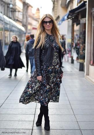 Cómo combinar: botas de caña alta de ante negras, vestido midi con print de flores negro, chaqueta motera de cuero con tachuelas negra