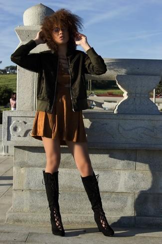 Cómo combinar: botas de caña alta de ante negras, vestido tubo con recorte marrón, cazadora de aviador verde oliva