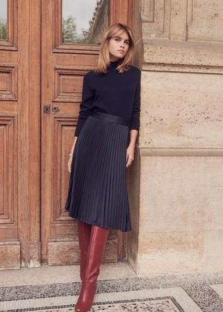 Cómo combinar: botas de caña alta de cuero burdeos, falda midi plisada negra, jersey de cuello alto negro
