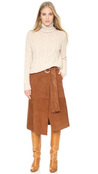 Cómo combinar: botas de caña alta de cuero marrón claro, falda midi de ante marrón, jersey de cuello alto en beige