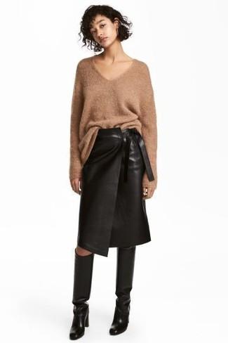 Cómo combinar: botas de caña alta de cuero negras, falda lápiz de cuero negra, jersey oversized de punto marrón claro