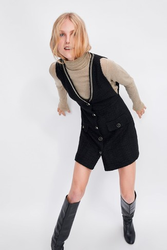 Cómo combinar: botas de caña alta de cuero negras, pichi negro, jersey de cuello alto en beige