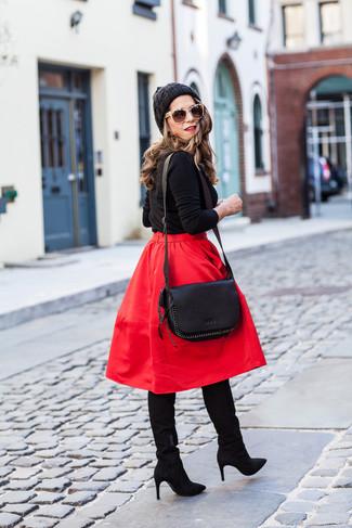 Cómo combinar: bolso bandolera de cuero negro, botas de caña alta de ante negras, falda campana roja, jersey con cuello circular negro