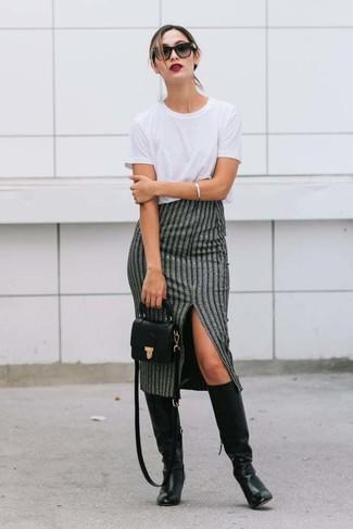 Cómo combinar: bolso bandolera de cuero negro, botas de caña alta de cuero negras, falda midi de rayas verticales gris, camiseta con cuello circular blanca