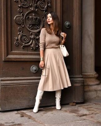 Cómo combinar: bolso de hombre de cuero acolchado blanco, botas de caña alta de cuero blancas, falda midi plisada en beige, jersey de ochos marrón claro