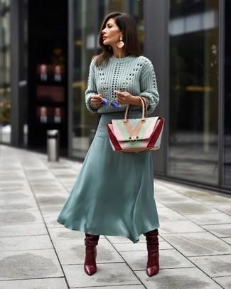 Cómo combinar: bolso de hombre de cuero en multicolor, botas de caña alta de cuero burdeos, falda midi de gasa en verde menta, jersey de ochos en verde menta
