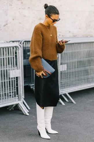 Combinar unas botas de caña alta de cuero blancas: Empareja un jersey oversized marrón claro con una falda midi negra para lidiar sin esfuerzo con lo que sea que te traiga el día. Con el calzado, sé más clásico y opta por un par de botas de caña alta de cuero blancas.