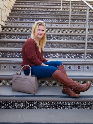 Cómo combinar: bolsa tote de cuero gris, botas de caña alta de cuero marrónes, vaqueros pitillo azules, jersey de pico burdeos