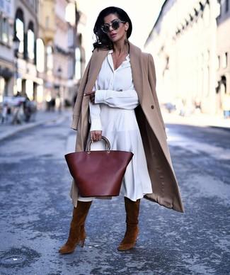 Combinar unas botas de caña alta de ante marrónes: Empareja un abrigo marrón claro con una vestido camisa blanca para un look diario sin parecer demasiado arreglada. Botas de caña alta de ante marrónes son una opción buena para complementar tu atuendo.
