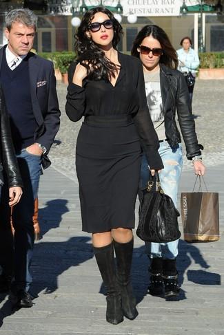 Cómo combinar: bolsa tote de cuero negra, botas de caña alta de ante negras, falda lápiz negra, camisa de vestir de seda negra