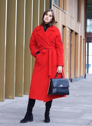 Cómo combinar: bolso de hombre de cuero azul marino, botas de caña alta de ante negras, jersey de cuello alto negro, abrigo rojo