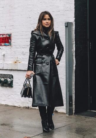 Cómo combinar: bolso de hombre de cuero negro, botas de caña alta de cuero negras, jersey de cuello alto negro, gabardina de cuero negra