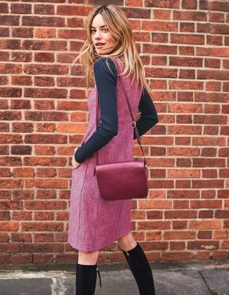 Cómo combinar: bolso bandolera de cuero morado, botas de caña alta de ante negras, pichi morado, jersey con cuello circular negro