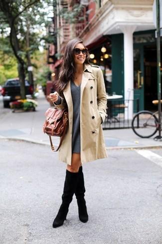 Cómo combinar: bolso de hombre de cuero marrón, botas de caña alta de ante negras, vestido amplio de lana en gris oscuro, gabardina en beige