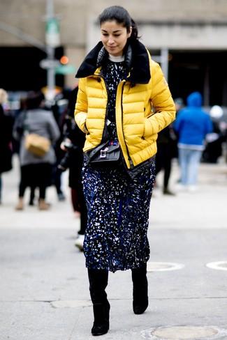 Cómo combinar: bolso bandolera de cuero con adornos negro, botas de caña alta de ante negras, vestido midi estampado azul marino, plumífero amarillo
