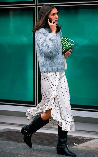Outfits mujeres: Para un atuendo que esté lleno de caracter y personalidad empareja un jersey de ochos celeste con un vestido midi a lunares en blanco y negro. Botas de caña alta de cuero negras añaden la elegancia necesaria ya que, de otra forma, es un look simple.