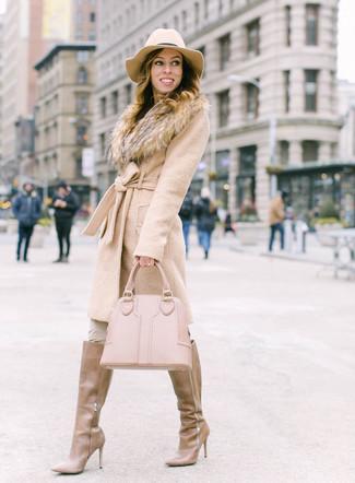 Combinar unas botas de caña alta de cuero marrón claro: Intenta combinar un abrigo con cuello de piel en beige junto a unos pantalones pitillo en beige para lograr un look de vestir pero no muy formal. Botas de caña alta de cuero marrón claro son una opción inmejorable para complementar tu atuendo.