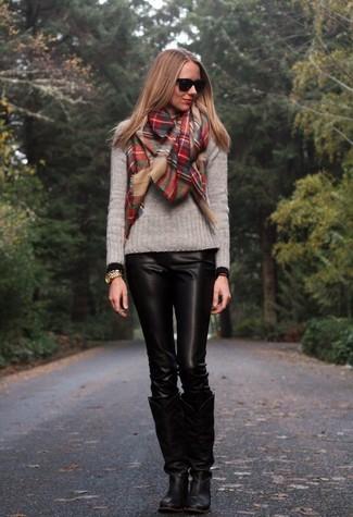 Cómo combinar: bufanda de tartán roja, botas de caña alta de cuero negras, pantalones pitillo de cuero negros, jersey con cuello circular gris