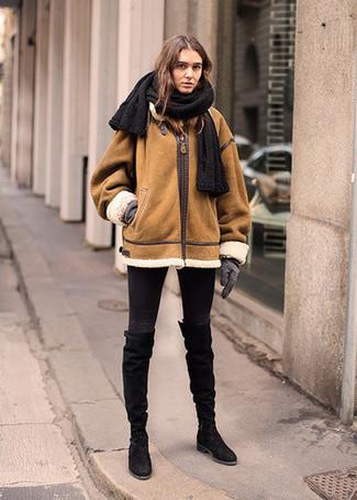 Cómo combinar: guantes de lana grises, botas de caña alta de ante negras, vaqueros pitillo negros, chaqueta de piel de oveja en tabaco