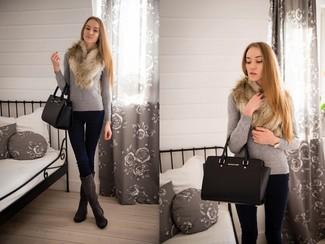 Cómo combinar: bolsa tote de cuero negra, botas de caña alta de ante en gris oscuro, vaqueros pitillo azul marino, jersey con cuello circular gris