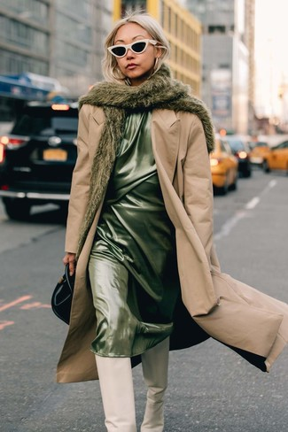 Cómo combinar: cartera de cuero negra, botas de caña alta de cuero blancas, vestido camisola de satén en verde menta, gabardina marrón claro