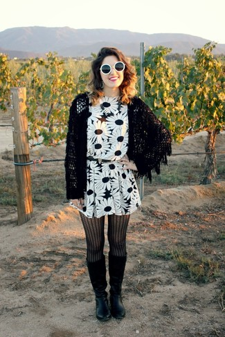 Vestidos con mallas negras y botas