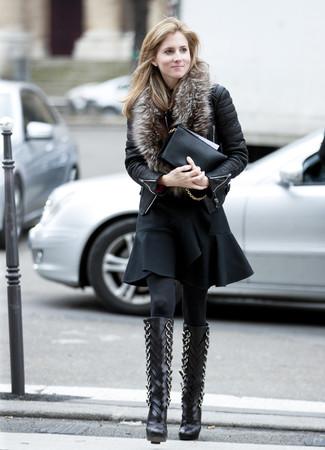 Cómo combinar: cartera sobre de cuero negra, botas de caña alta de cuero negras, vestido de vuelo con volante negro, chaqueta motera de cuero acolchada negra