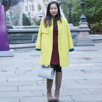Cómo combinar: cartera de cuero gris, botas de caña alta de ante marrónes, vestido jersey burdeos, abrigo amarillo
