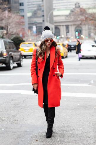 Cómo combinar: bolso bandolera de cuero negro, botas de caña alta de ante negras, vestido jersey negro, abrigo rojo