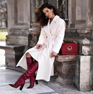 Combinar un vestido jersey blanco: Para crear una apariencia para un almuerzo con amigos en el fin de semana empareja un vestido jersey blanco con un abrigo blanco. Botas de caña alta de cuero burdeos son una opción inmejorable para complementar tu atuendo.