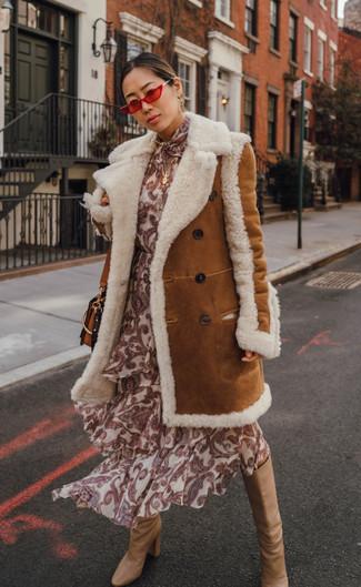 Cómo combinar: bolso bandolera de cuero en tabaco, botas de caña alta de cuero marrón claro, vestido midi de seda estampado en beige, abrigo de piel de oveja en tabaco