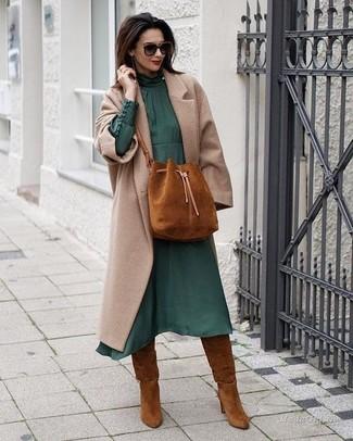 Cómo combinar: mochila con cordón de ante en tabaco, botas de caña alta de ante en tabaco, vestido midi de gasa verde oscuro, abrigo en beige
