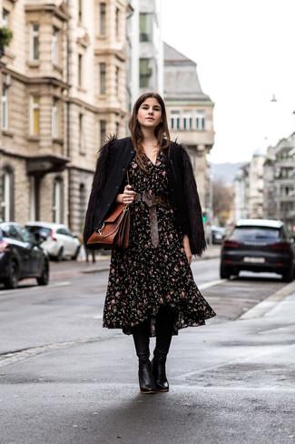 Cómo combinar: bolso de hombre de cuero marrón, botas de caña alta de cuero negras, vestido midi con print de flores negro, cazadora de aviador de lana negra