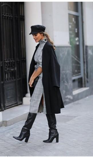 Cómo combinar: cartera sobre de cuero negra, botas de caña alta de cuero negras, vestido tubo de tartán gris, abrigo negro