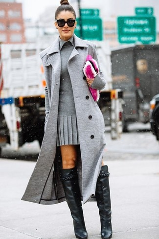 Cómo combinar: cartera sobre de pelo rosa, botas de caña alta de cuero negras, vestido tubo gris, abrigo sin mangas gris