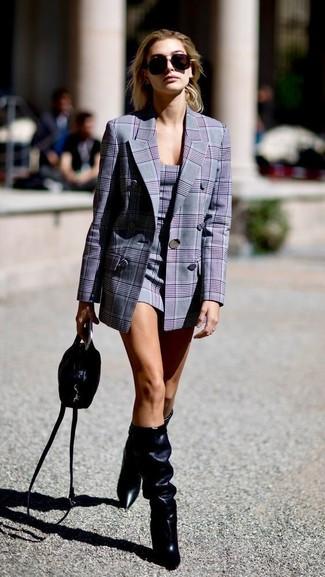 Cómo combinar: bolso bandolera de cuero negro, botas de caña alta de cuero negras, vestido tubo de tartán gris, blazer cruzado de tartán gris