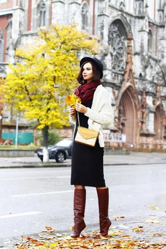 Cómo combinar: bolso bandolera de cuero mostaza, botas de caña alta de cuero burdeos, vestido tubo de lana negro, cárdigan abierto de punto en beige