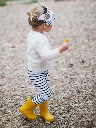 Cómo combinar: botas de lluvia amarillas, leggings de rayas horizontales en blanco y negro, jersey blanco
