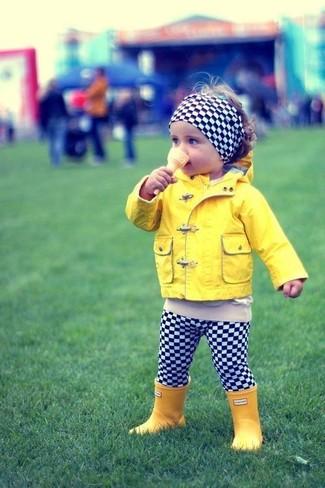 Cómo combinar: cinta para la cabeza a cuadros en negro y blanco, botas de lluvia amarillas, leggings a cuadros en negro y blanco, chaqueta amarilla