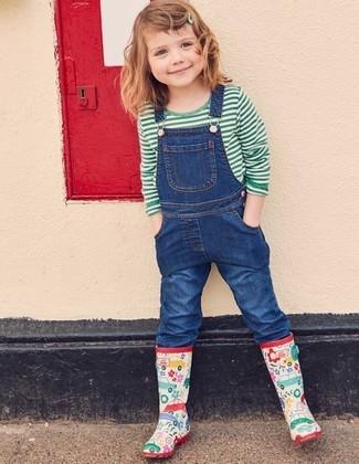 Cómo combinar: botas de lluvia en multicolor, peto vaquero azul, camiseta de rayas horizontales verde