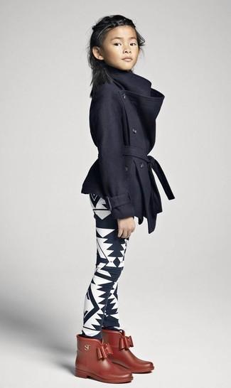 Cómo combinar: botas de lluvia marrónes, leggings estampados en negro y blanco, abrigo negro