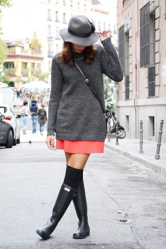 Cómo combinar: calcetines hasta la rodilla negros, botas de lluvia negras, minifalda roja, túnica de punto en gris oscuro