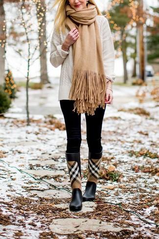 Cómo combinar: bufanda marrón claro, botas de lluvia de tartán negras, leggings negros, jersey de ochos blanco