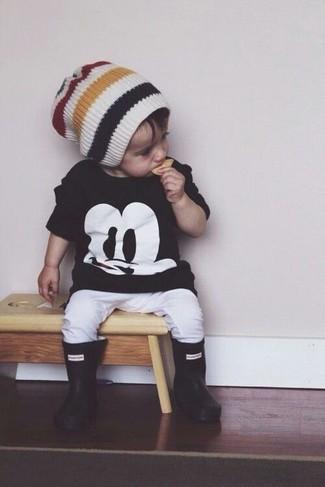 Cómo combinar: gorro blanco, botas de lluvia negras, pantalón de chándal blanco, camiseta negra