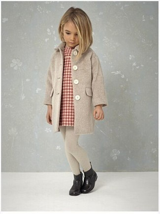 Cómo combinar: medias en beige, botas de lluvia negras, vestido de tartán rojo, abrigo en beige